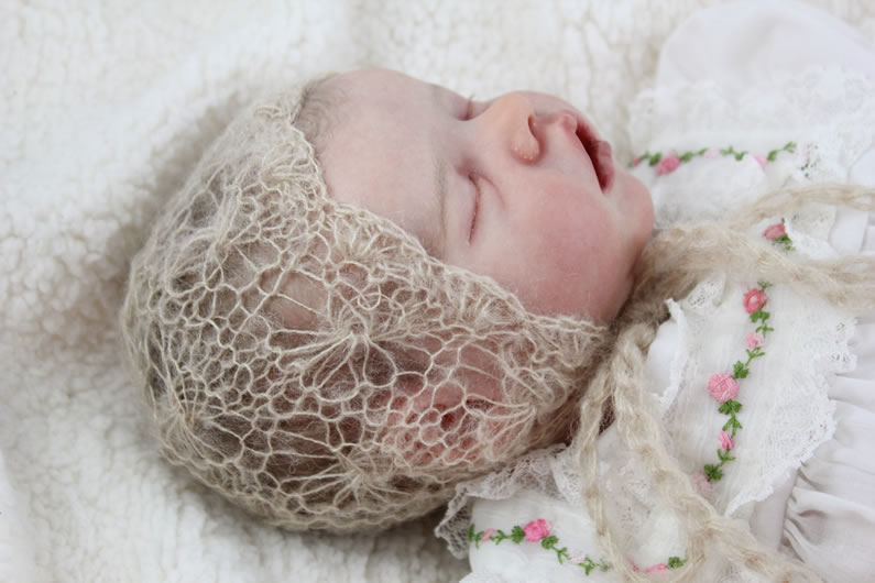 "knitted bonnet ""daisy"" pattern"